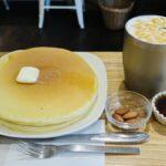 「珈琲や三鷹工房」の平日限定ホットケーキ。香り高いコーヒーと味わう